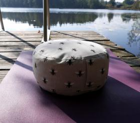 Michaela Thurmaier Dinkelspelz Yoga- & Meditationskissen Bienen